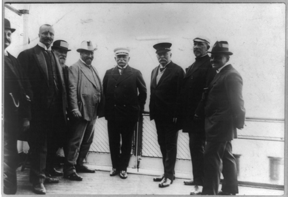 Zeppelin with members of his company in 1912